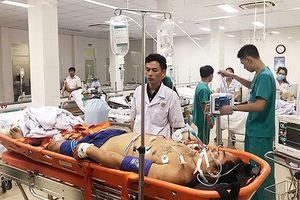 Đưa 2 ngư dân gặp nạn ở đảo Thuyền Chài về bờ cấp cứu an toàn