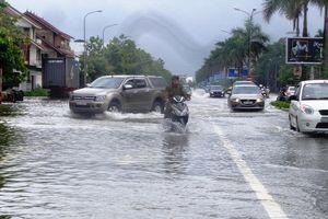 TP Vinh mưa như trút, hàng loạt ô tô mắc kẹt giữa biển nước