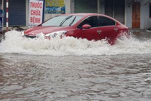 TP Vinh: Mưa lớn kéo dài, phố bỗng hóa thành 'sông'