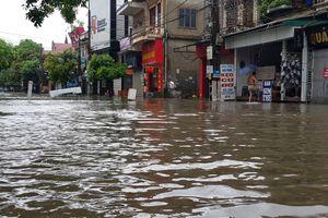 Nghệ An: Mưa lớn 'nhấn chìm' đường phố trong biển nước, miền núi sạt lở nghiêm trọng
