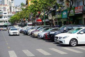 Từ 1/8, TP.HCM thu phí đỗ xe ô tô dưới lòng đường qua tin nhắn 1008
