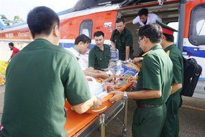 Đưa hai ngư dân gặp nạn trên đảo Thuyền Chài về đất liền bằng trực thăng