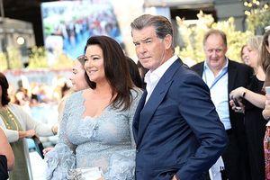 Tài tử 007 Pierce Brosnan nắm chặt tay vợ tại buổi công chiếu Mamma Mia