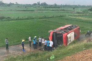Xe khách lật nghiêng, một hành khách bị thương nặng