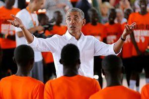 Cựu Tổng thống Mỹ Obama vui vẻ về thăm quê hương Kenya