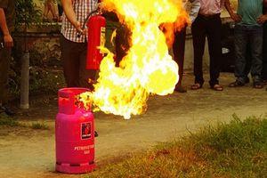 Kinh hoàng con rể ôm 4 bình gas tới nhà vợ ở Hà Nội