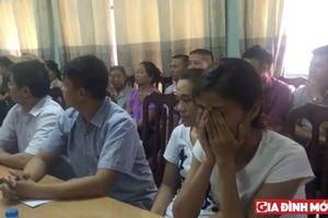 Trao nhầm con ở Hà Nội: Rơi nước mắt khoảnh khắc 2 cháu bé được trao về với bố mẹ đẻ