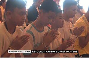 Thành viên đội bóng thiếu niên Thái Lan tới chùa tưởng niệm thợ lặn thiệt mạng