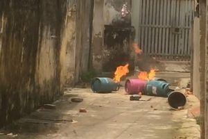 Hãi hùng con rể mang 4 bình gas châm lửa đốt trước cổng nhà bố vợ cũ