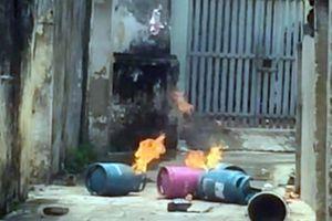 Mâu thuẫn gia đình, con rể mang bình gas đến đốt nhà bố vợ cũ