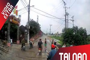 Xe máy ngã ra giữa đường ray, tài xế suýt chết trong gang tấc