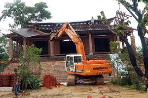 Đang cưỡng chế phá dỡ 'cung điện công chúa' xây trái phép ở Ba Vì