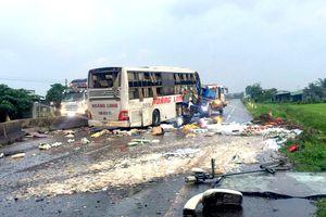 Xe khách tông vào dải phân cách, 9 người thương vong