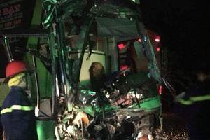 Hai xe khách biến dạng sau cú va chạm, nhiều người kêu cứu trong đêm