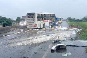 Xe khách giường nằm lật trên quốc lộ, 9 người thương vong