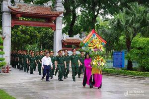 Bộ CHQS tỉnh dâng hương tại Khu Di tích Kim Liên và Nghĩa trang liệt sỹ TP. Vinh