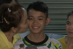 Khoảnh khắc đoàn tụ rớt nước mắt khi các cầu thủ đội bóng nhí Thái Lan về nhà