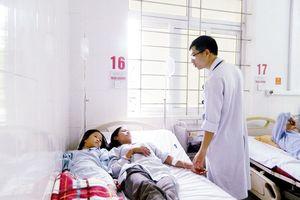 Hà Tĩnh: Cả gia đình nhập viện vì ăn nấm lạ