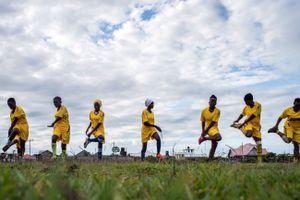 Cách xa ánh đèn của World Cup, phụ nữ Tanzania chứng minh rằng không chỉ có đàn ông mới được phép chơi bóng