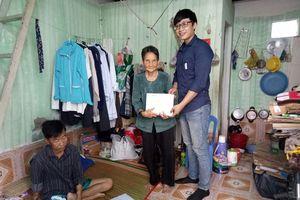 Trao tiền giúp cụ bà nhặt ve chai nuôi con chạy thận