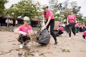 Thí sinh Hoa hậu Việt Nam tất bật dọn rác sau bão số 3