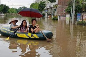 Bi hài bơi xuồng trên đường ngập trong khu đô thị ở Hà Nội