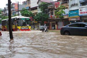 Hà Nội: Mưa lớn, người dân 'bì bõm' trên nhiều tuyến phố biến thành sông