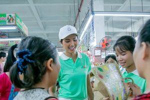 Hoa hậu H'Hen Niê phấn khích vào tận chợ kêu gọi không sử dụng túi nilon