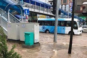 Nhiều khu vực ở Hà Nội ngập sâu do mưa lớn