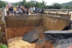 Phú Thọ: Mưa lũ, nước xiết làm sụp cầu