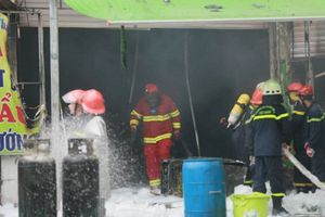 Quán bia ở Hà Nội cháy lớn trong mưa, 1 người tử vong