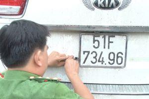 Đi ôtô biển số giả chở gần 20.000 gói thuốc lá lậu