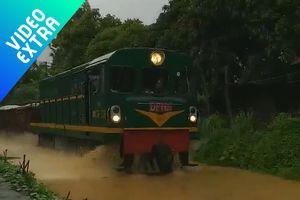 Mưa to ngập đường ray, xe lửa biến thành 'tàu hỏa đường thủy'