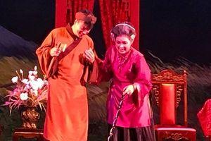 Khán giả Thủ đô đội mưa đi xem kịch Kim Tử