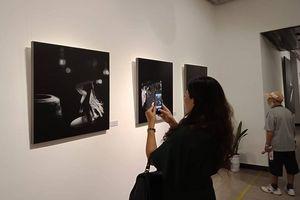 Triển lãm ảnh nude đầu tiên ở Hà Nội: Công chúng muốn cởi vòng kim cô cho nghệ thuật