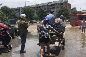 Hà Nội nắng ráo, cuộc sống người dân vẫn 'đảo điên' vì ngập