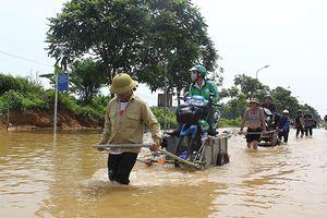 Kiếm tiền triệu nhờ chở người và phương tiện qua đoạn đường ngập nước