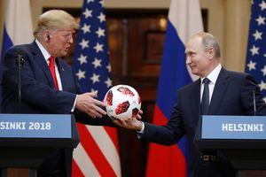 Thượng nghị sỹ Mỹ nghi ngờ có thiết bị nghe lén trong quả bóng ông Putin tặng ông Trump