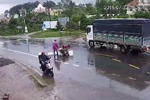 Xe máy 'kẹp 3' bị hất tung sau va chạm, 2 người tử vong