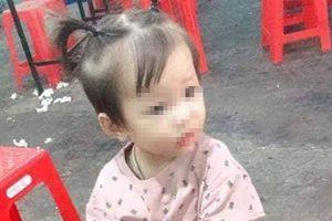 Bé gái 2 tuổi mất tích bí ẩn khi đang chơi trước nhà