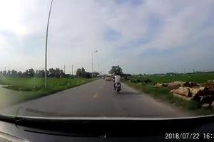 Clip ô tô 7 chỗ gây tai nạn liên hoàn ở Quốc Oai, Hà Nội