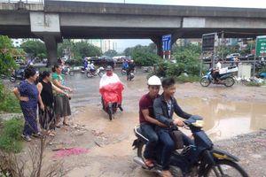 Bi hài ở nhà chung cư đi đường đất lầy lội giữa lòng Hà Nội