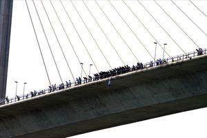Cảnh sát giao thông ngăn chặn kịp thời một thanh niên nhảy cầu Bãi Cháy tự tử