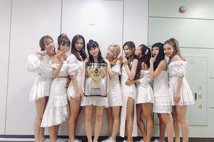 360 độ Kpop 22/7: TWICE giành chiến thắng thứ 5, Baekhyun sắp kết hợp cùng Loco