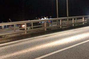 CSGT giải cứu thành công nam thanh niên có ý định nhảy cầu Bãi Cháy
