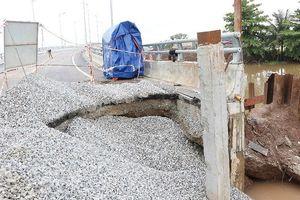 Đường dẫn sụt lún sau mưa, cấm xe tải, xe khách qua cầu Đăng