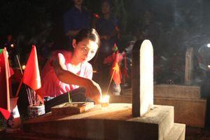 Thí sinh Hoa hậu Việt Nam thắp nến tri ân tại Nghĩa trang quốc tế Việt - Lào