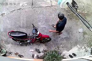 Clip: Người đàn ông đi đường suýt bị hai con chó lao vào cắn