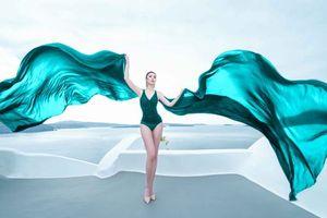 Hoa hậu Riyo Mori khoe dáng nóng bỏng giữa Santorini nắng chói chang