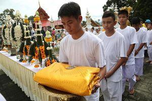 Đội bóng Thái Lan xuống tóc, lên chùa tu tập 9 ngày